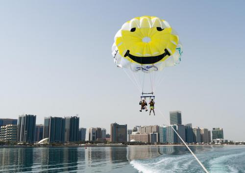 Abu Dhabi Parasailing (2)